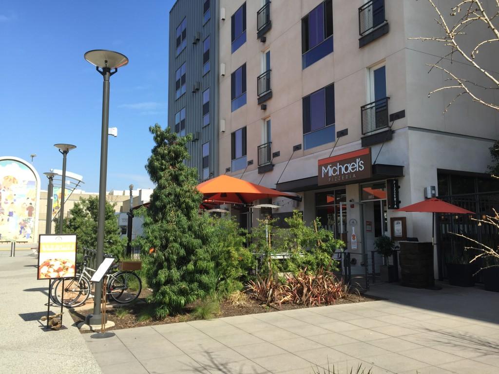 Michael's Pizzeria, Long Beach Promenade location